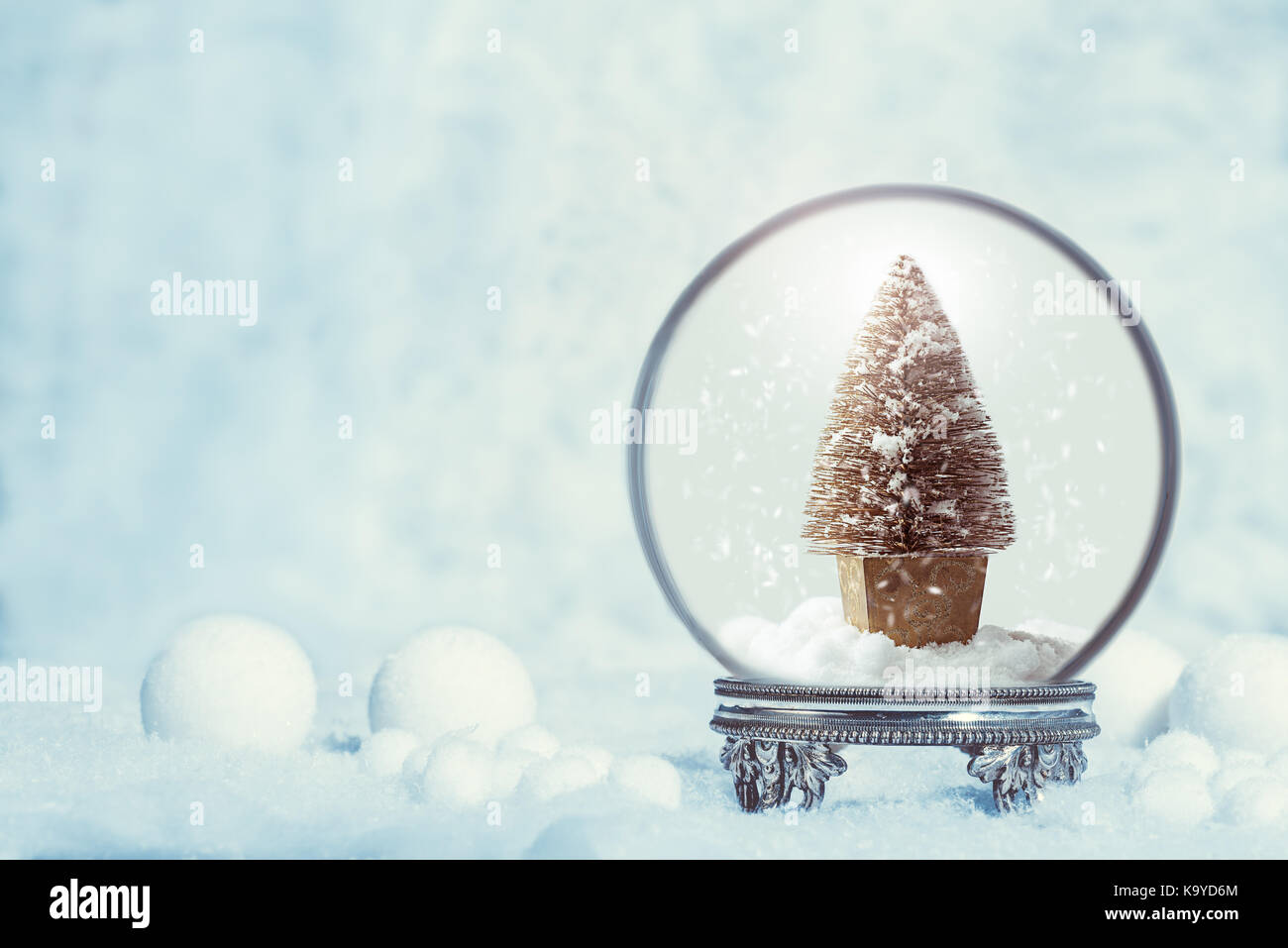 Schneekugel auf ein antikes Silber stand in Schneefall für ...