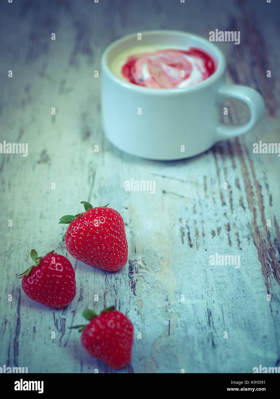 Erdbeeren, Joghurt Stockbild