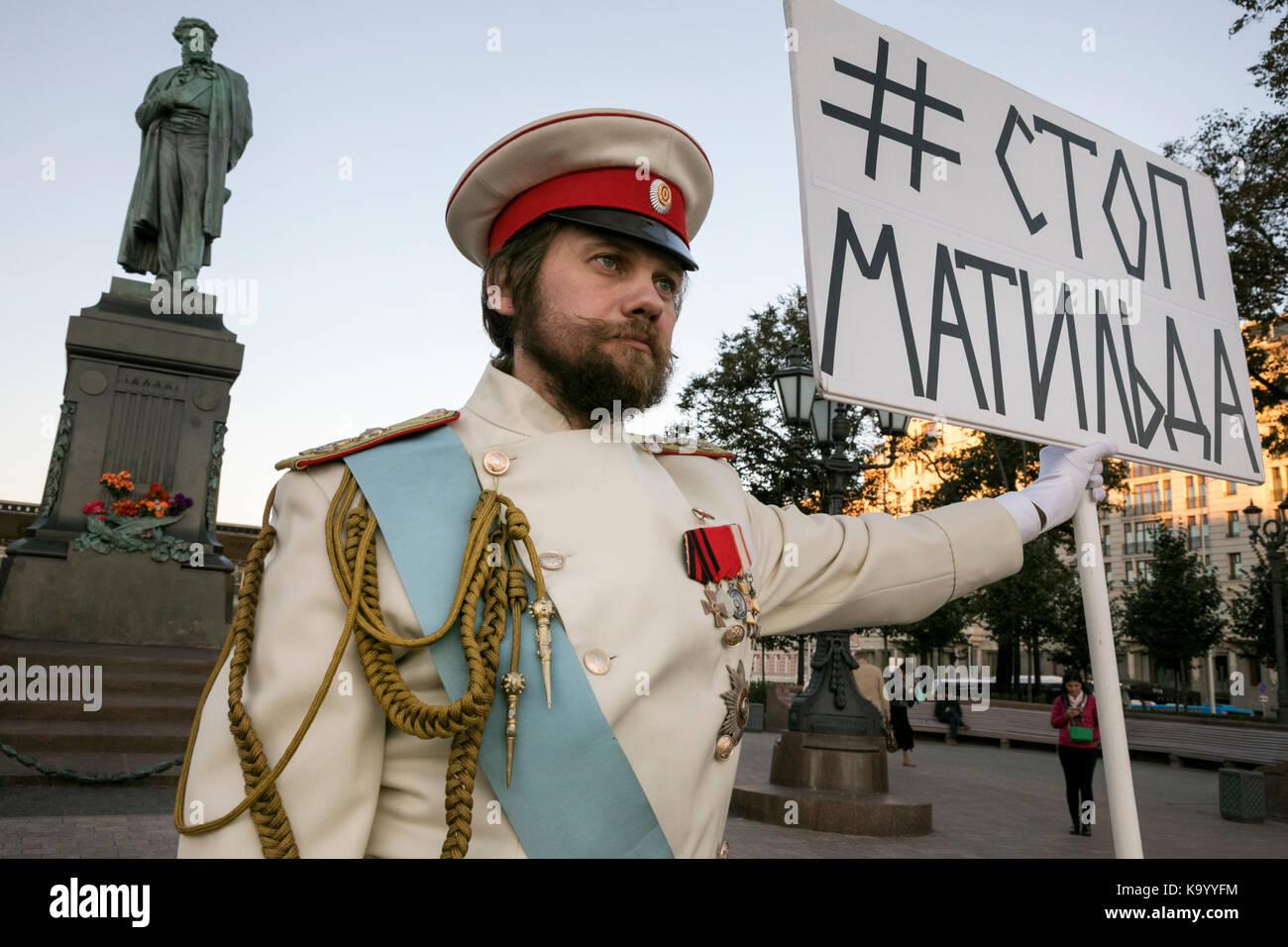 Ein Mann hält Banner mit der Aufschrift top Matilda' am Puschkin-Platz gegen Anfang des Films die Screening Stockbild