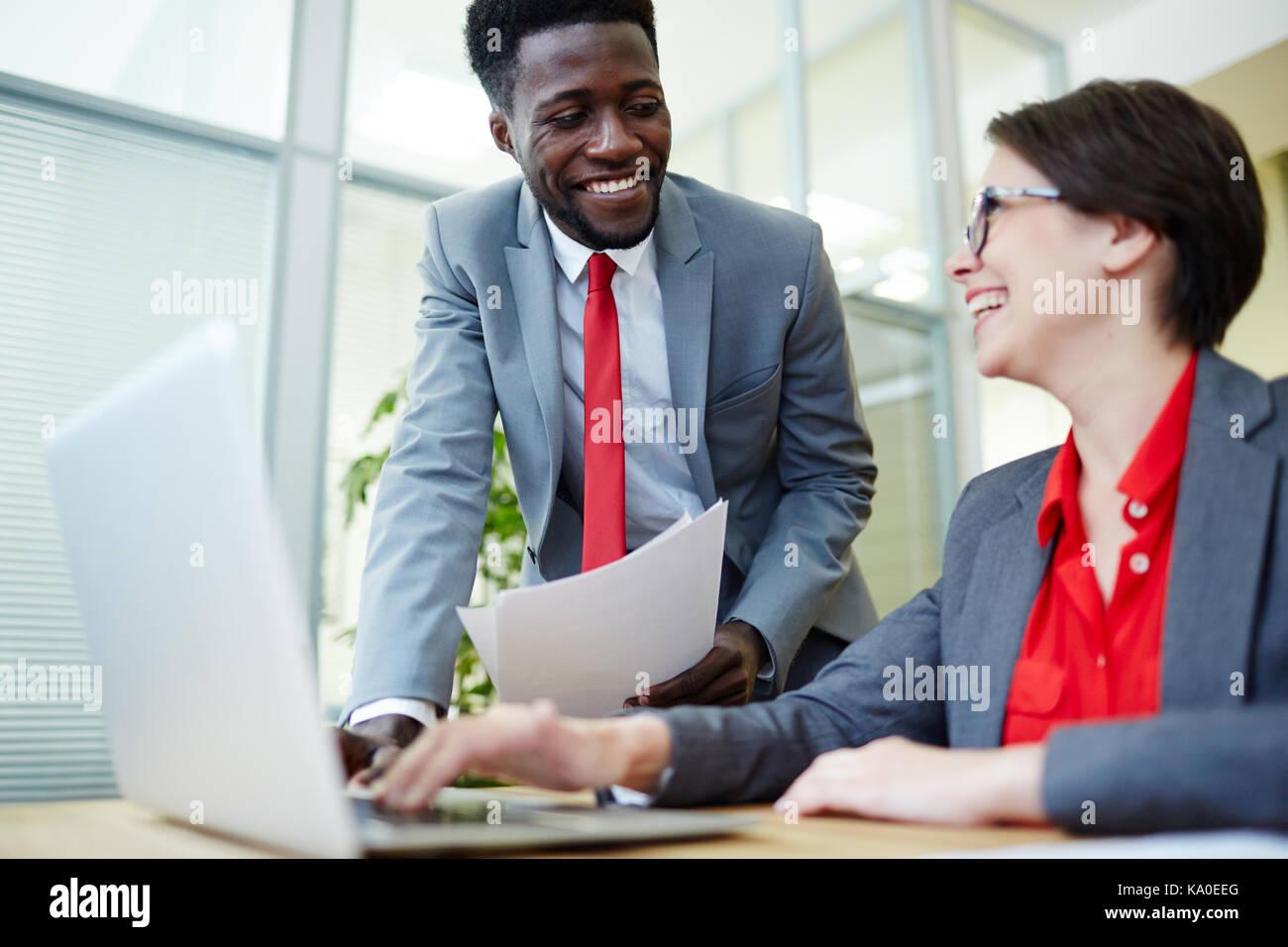 Informelles Treffen im Großraumbüro Stockbild