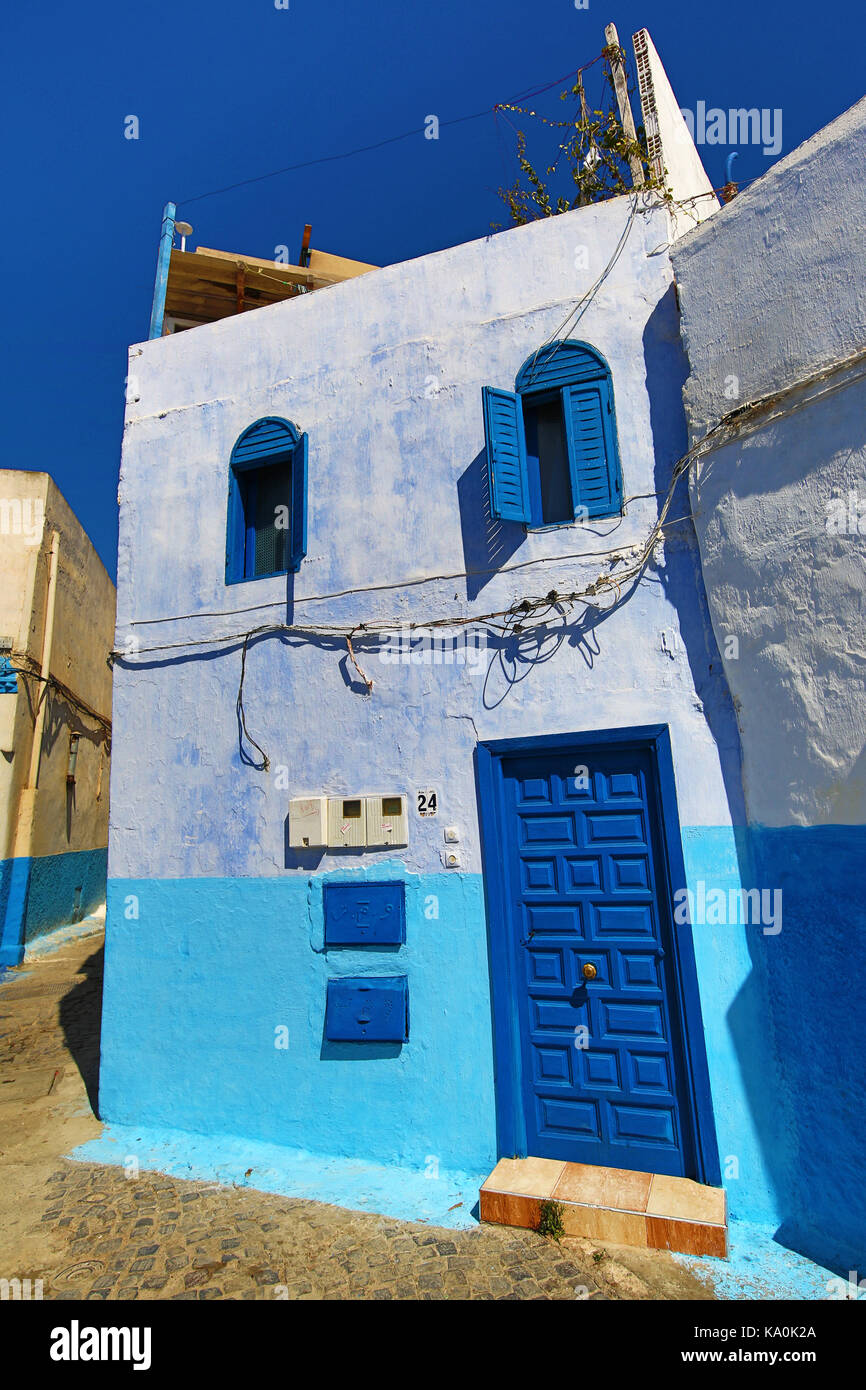 Blaue und weiße Wände der Straßen von Gebäuden in der Kasbah des Udayas in Rabat, Marokko Stockbild
