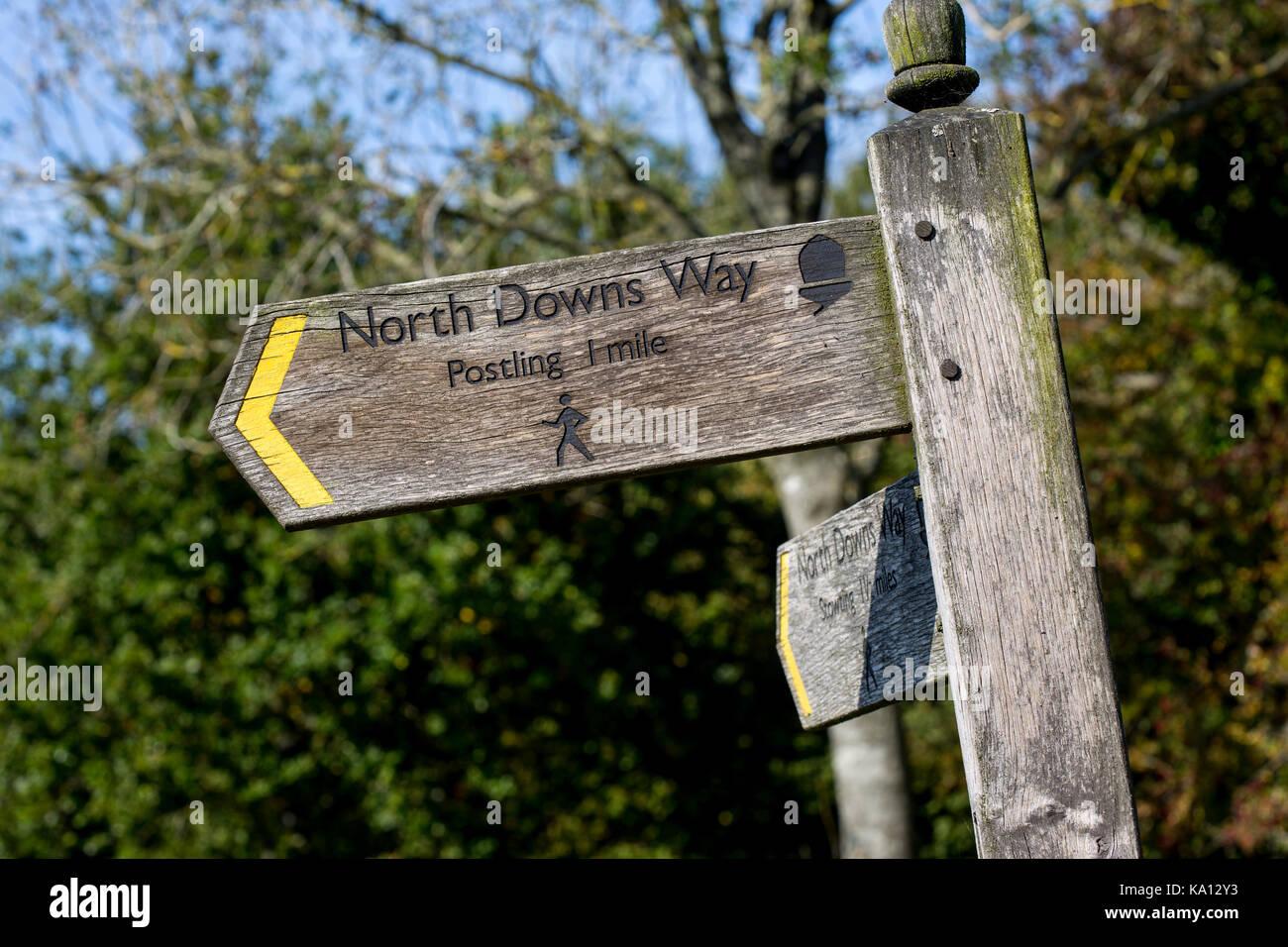Holz- Wegweiser für die North Downs Way, Kent Stockbild