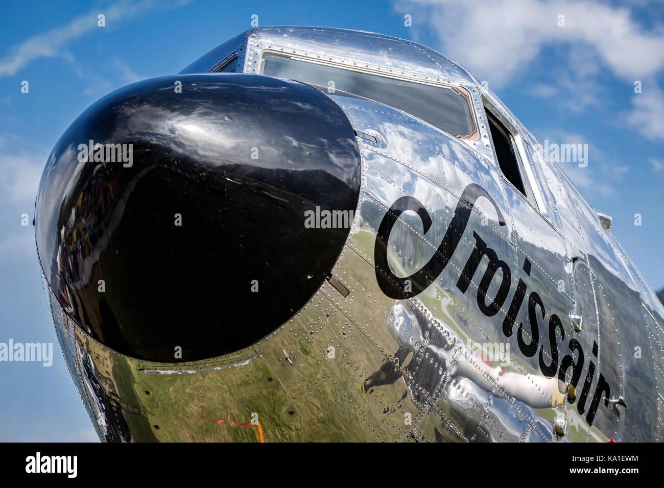 In der Nähe von eine Douglas DC-3, propeller Airliner, Sion Airshow, Sion, Wallis, Schweiz Stockbild