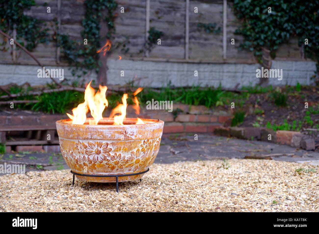 ein ton outdoor feuerstelle im garten in kalten herbstabend
