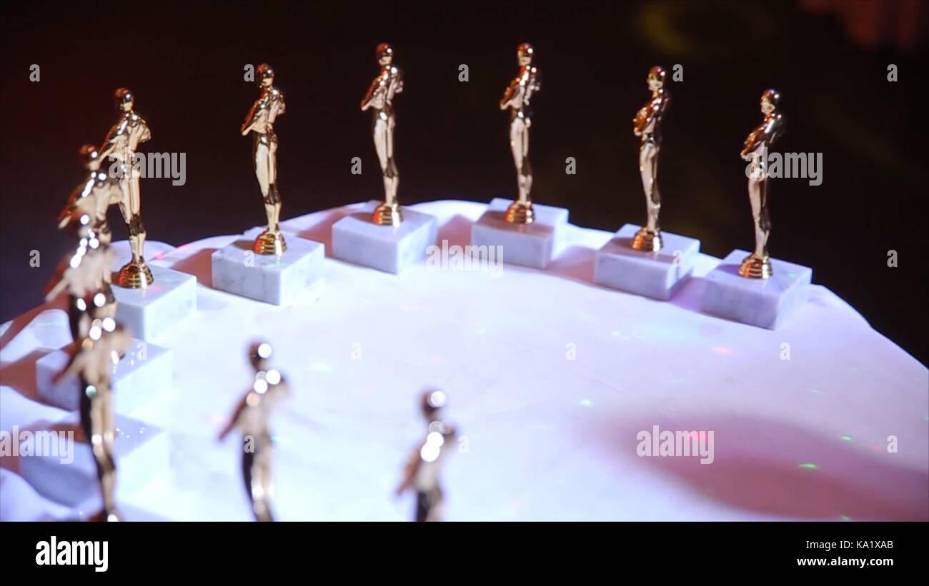 Die Oscar Statuetten. Statuetten von Oscar bleiben auf dem Tisch während der Party. Schüssel Award vor Stockbild
