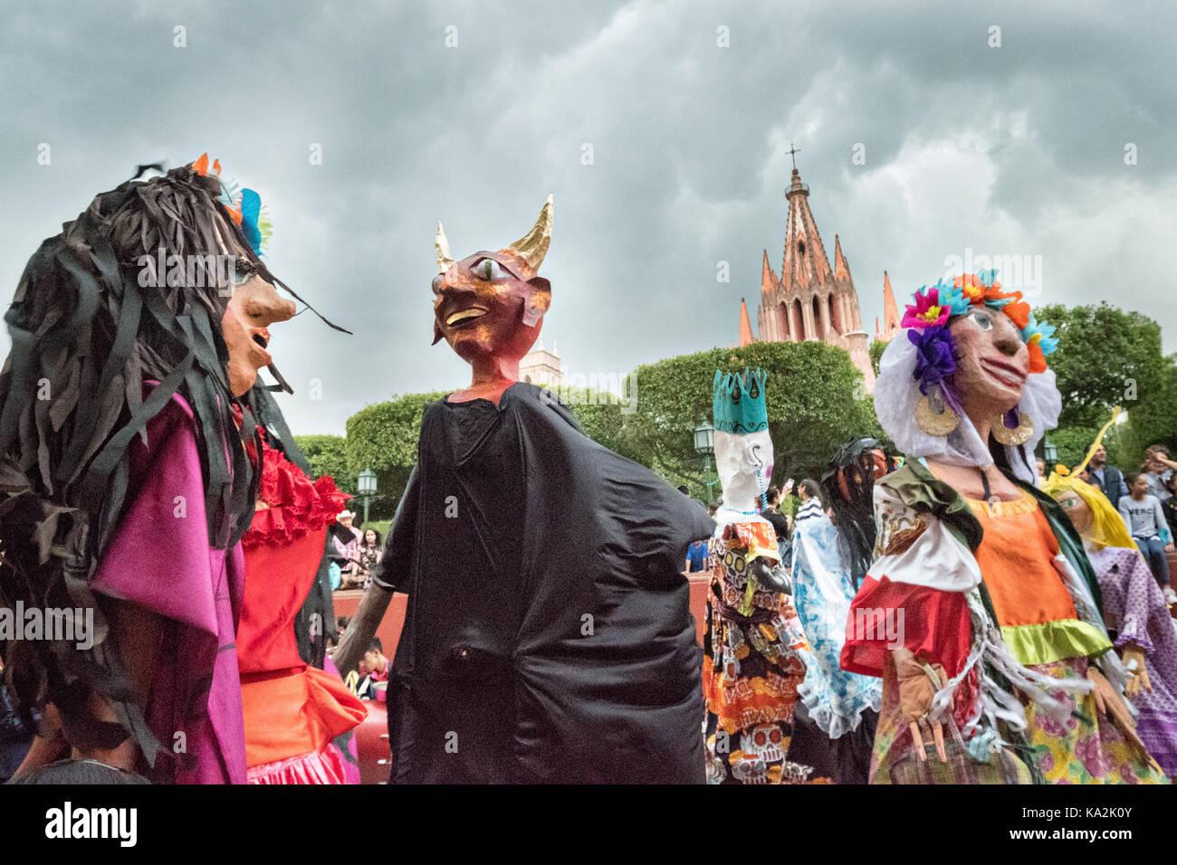 Eine Parade der Riesen papier - mache Marionetten mojigangas Tanz in einer Prozession durch die Stadt zu Beginn des einwöchigen Fiesta des Schutzheiligen St. Michael September 22, 2017 in San Miguel de Allende, Mexiko. Stockfoto