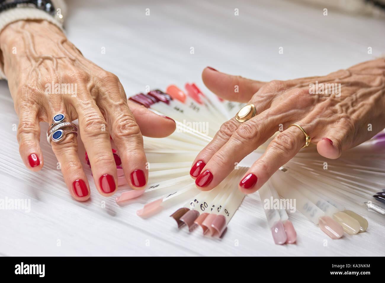 Ältere Frau gepflegte Hände. Alte Frau Nägel bedeckt mit perfekten ...