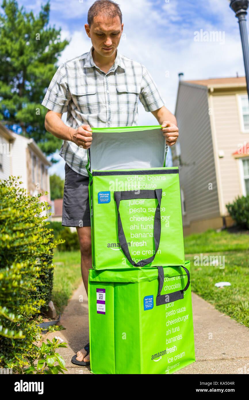 Fairfax, USA - 12. September 2017: Amazon Frisch isolierte Lebensmittel-lieferservice Taschen Taschen auf der Vorderseite Stockbild