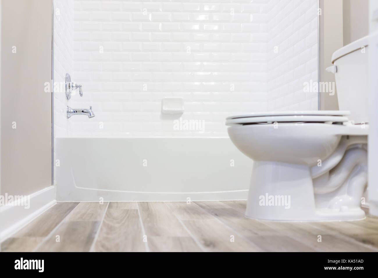 Modernes, Weißes Normalpapier Saubere WC Badezimmer Mit Dusche Fliesen Und  Holzböden Vom Boden Aus
