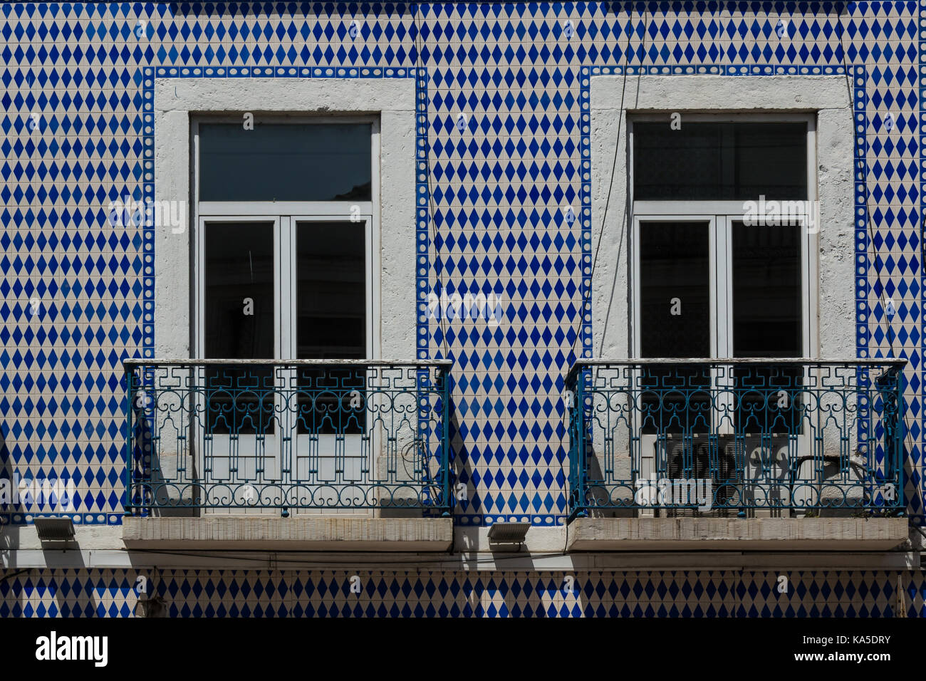 Zwei geschlossene Fenster und Balkone. Fassade des Hauses mit ...