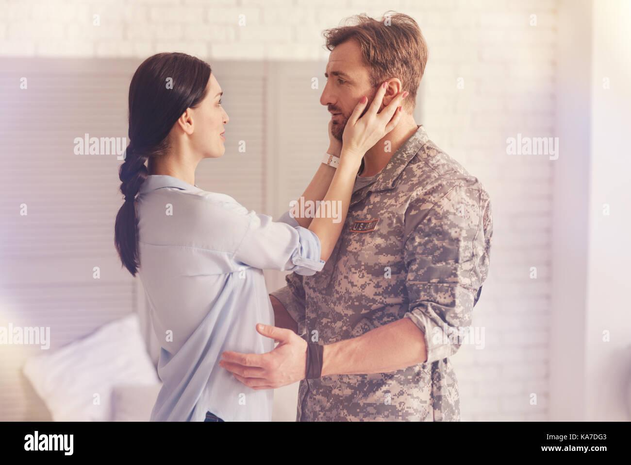 Glückliche Frau an ihrem Ehemann suchen. Stockbild