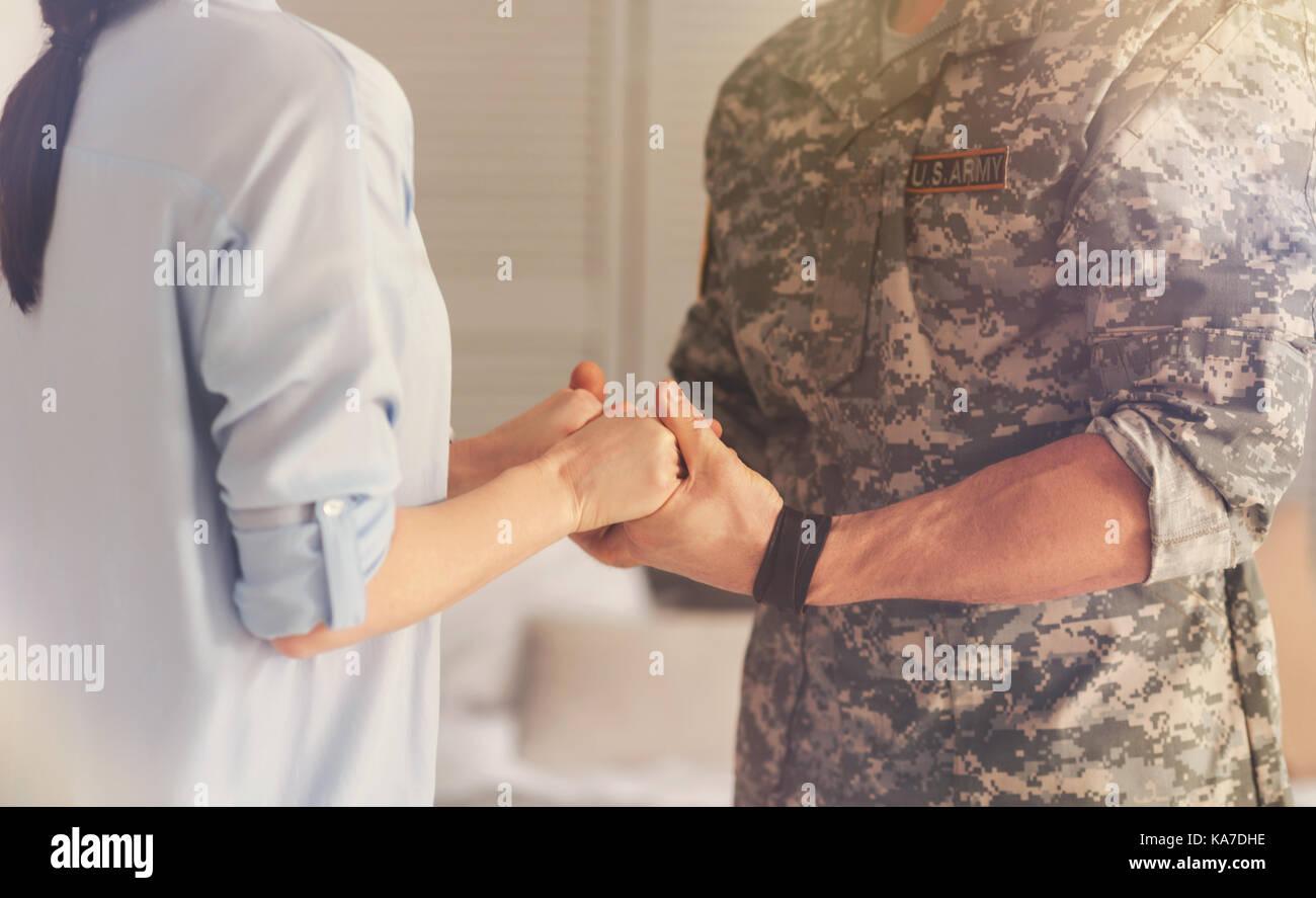 Nahaufnahme von glücklichen Paare, die Hand in Hand Stockbild
