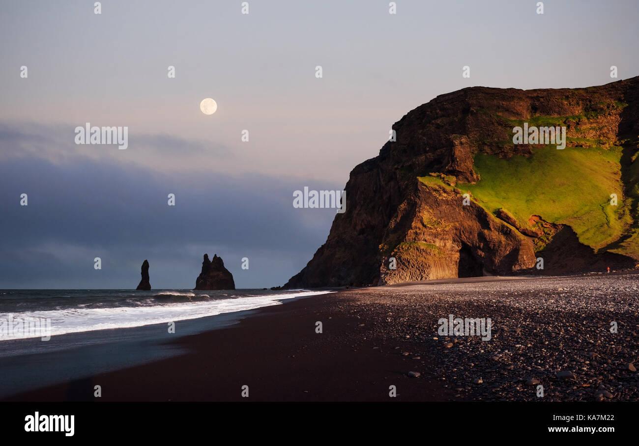 Berühmte Reynisdrangar Felsformationen am schwarzen Reynisfjara Strand. Küste des Atlantischen Ozeans Stockbild