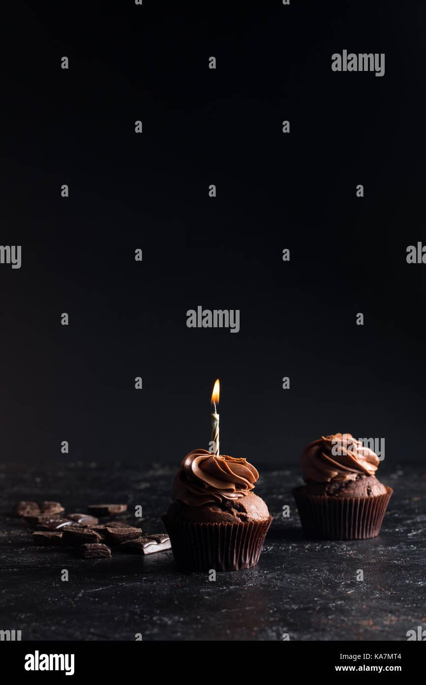 Chocolate Cupcake mit Kerze Stockbild