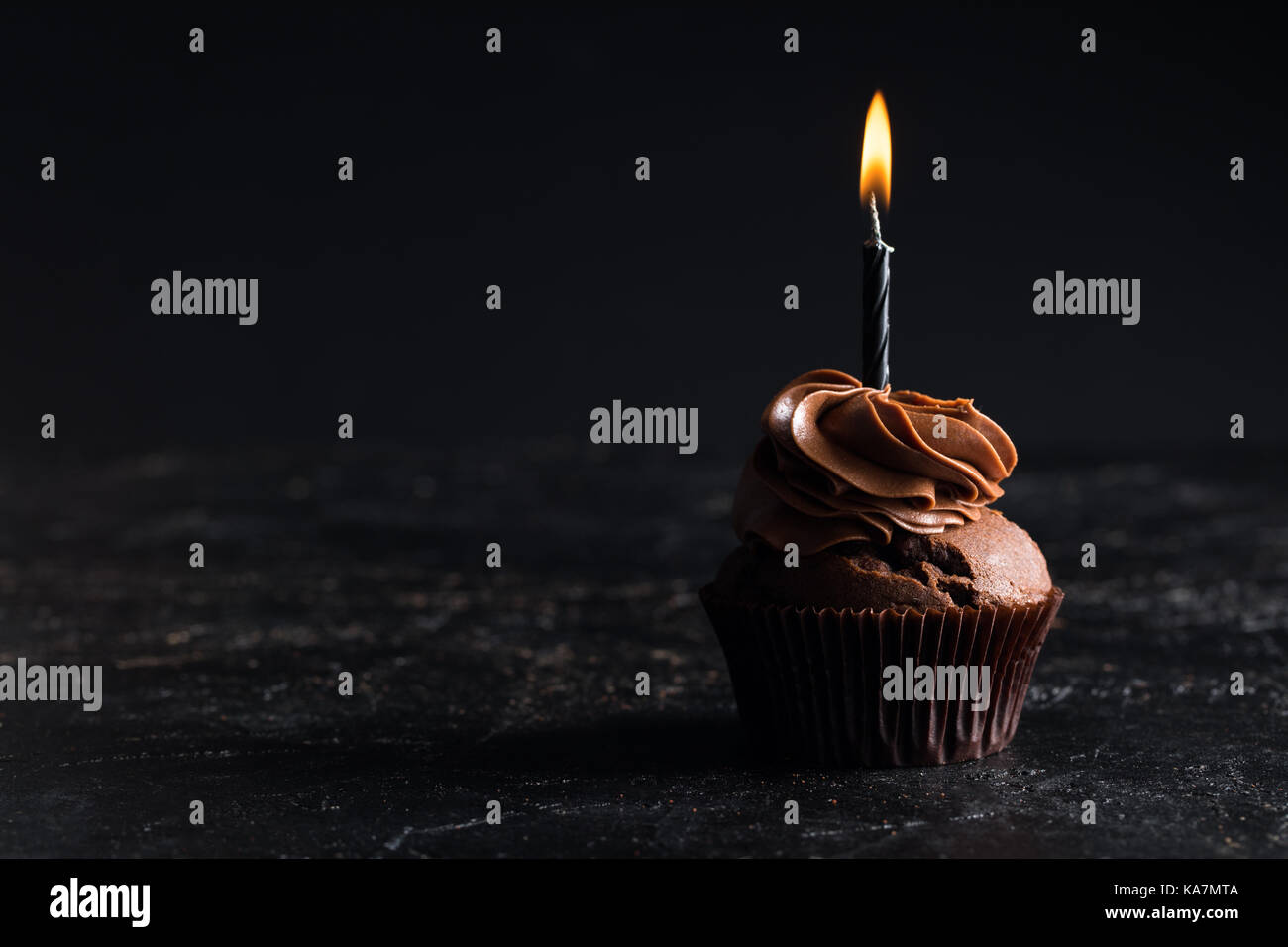 Cupcake mit Kerze Stockbild