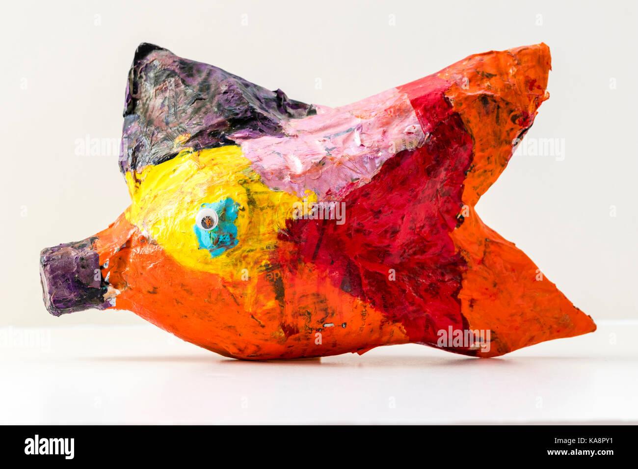 England. Erstellung des Kindes, Pappmaché Fisch mehrfarbige auf hellgrauem Hintergrund. Stockbild