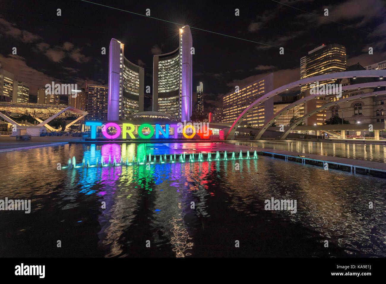 Toronto City Hall und Toronto Zeichen in der Innenstadt bei Nacht, in Toronto, Ontario, Kanada Stockbild
