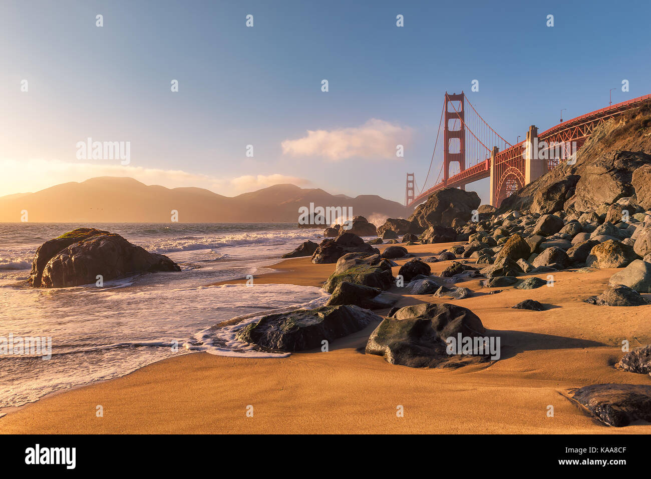 Golden Gate Bridge vom Strand in San Francisco bei Sonnenuntergang. Stockbild
