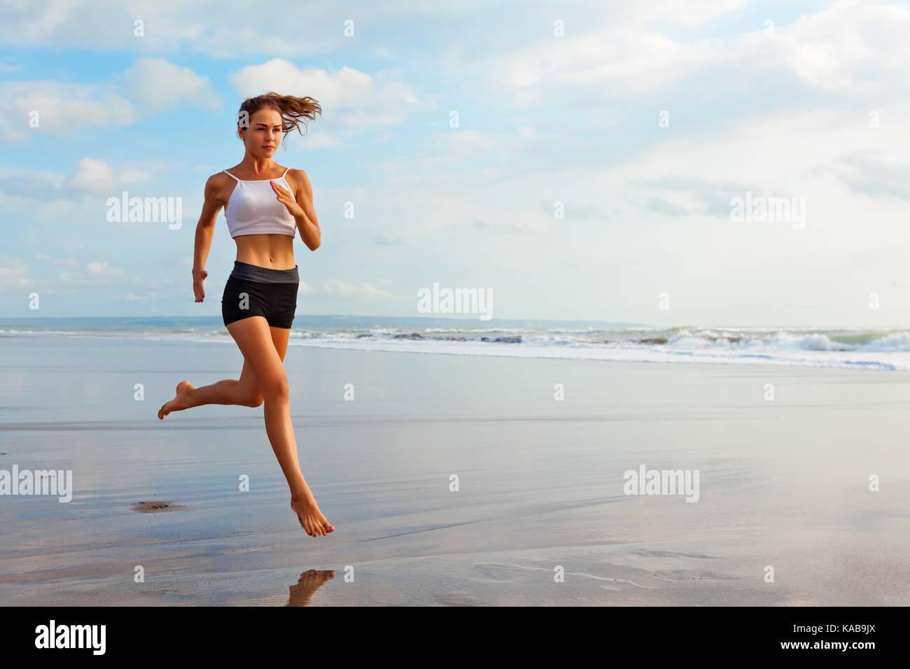 Barfuß sportliche Mädchen mit schlanken Körper entlang Meer surfen durch Wasser Pool , Gesundheit Stockbild