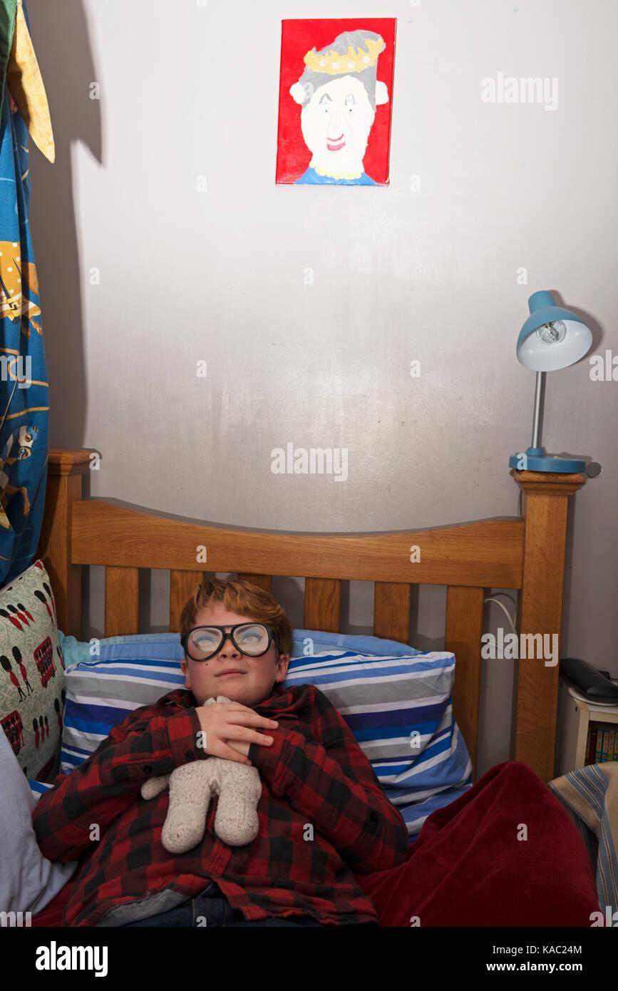 11-jähriger Junge in seinem Schlafzimmer Stockbild