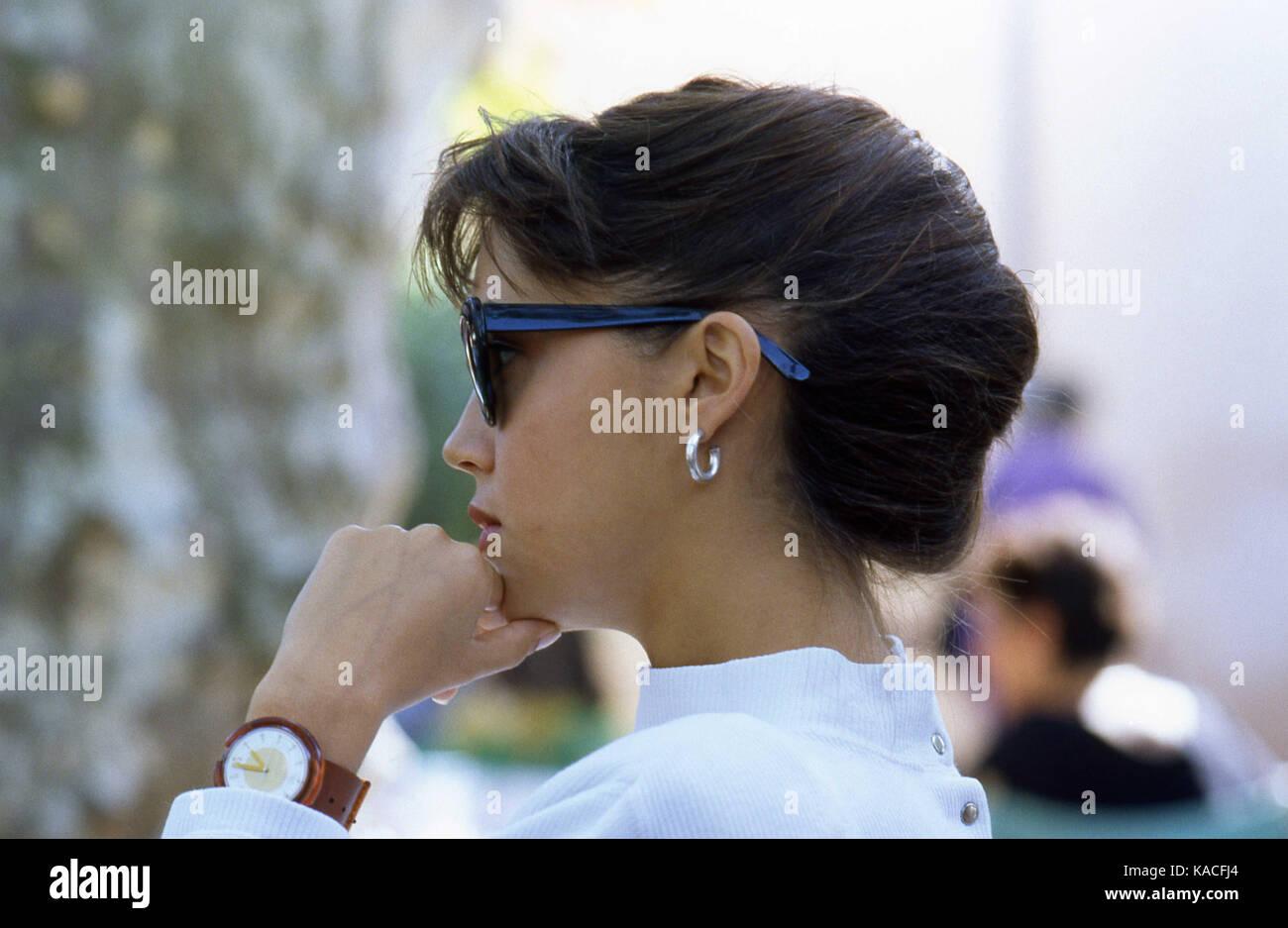 Frau an einem Cafe Terrasse in St. Tropez Ort des Lys-Cote d'Azur Frankreich - Französische Eleganz - französische Stockbild