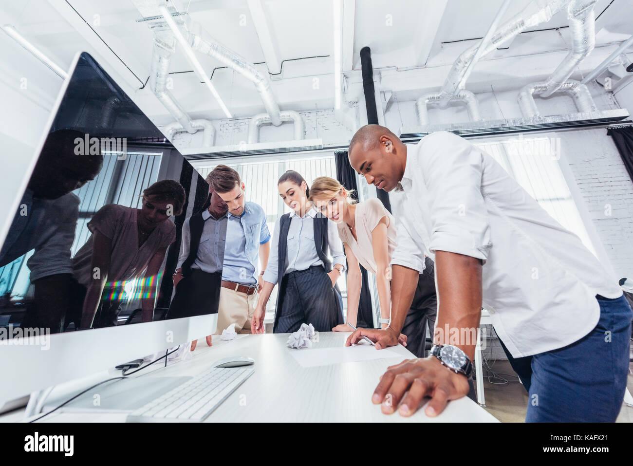 Geschäftsleute arbeiten zusammen Stockbild