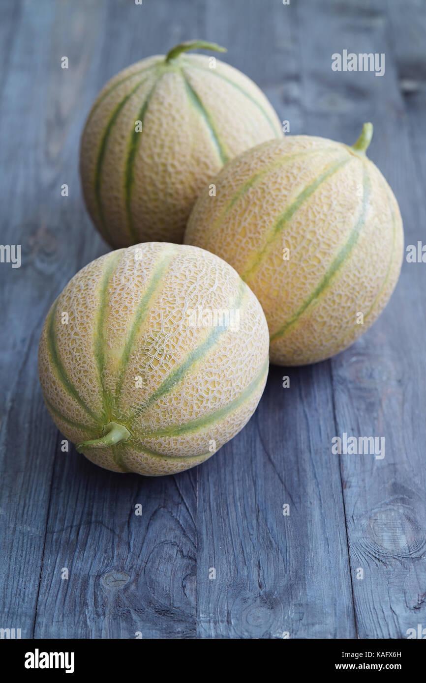 Frische Melone Melonen auf hölzernen Tisch. Stockbild