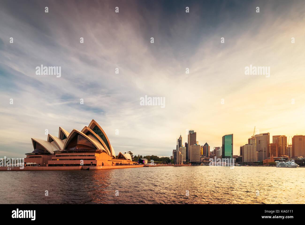 Sydney, Australien - 10. November 2015: Opernhaus mit Sydney Skyline der Stadt bei Sonnenuntergang. Blick von Fähre Stockbild