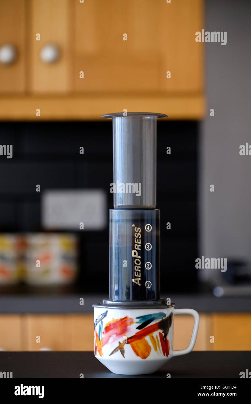 Eine aeropress. Inkl Kaffeemaschine verwendet wird Kaffee in einer heimischen Küche für die Zubereitung. Stockbild