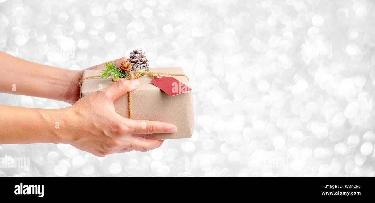 Nahaufnahme, Frau, Hand, Weihnachtsgeschenk Box mit Silber funkeln ...