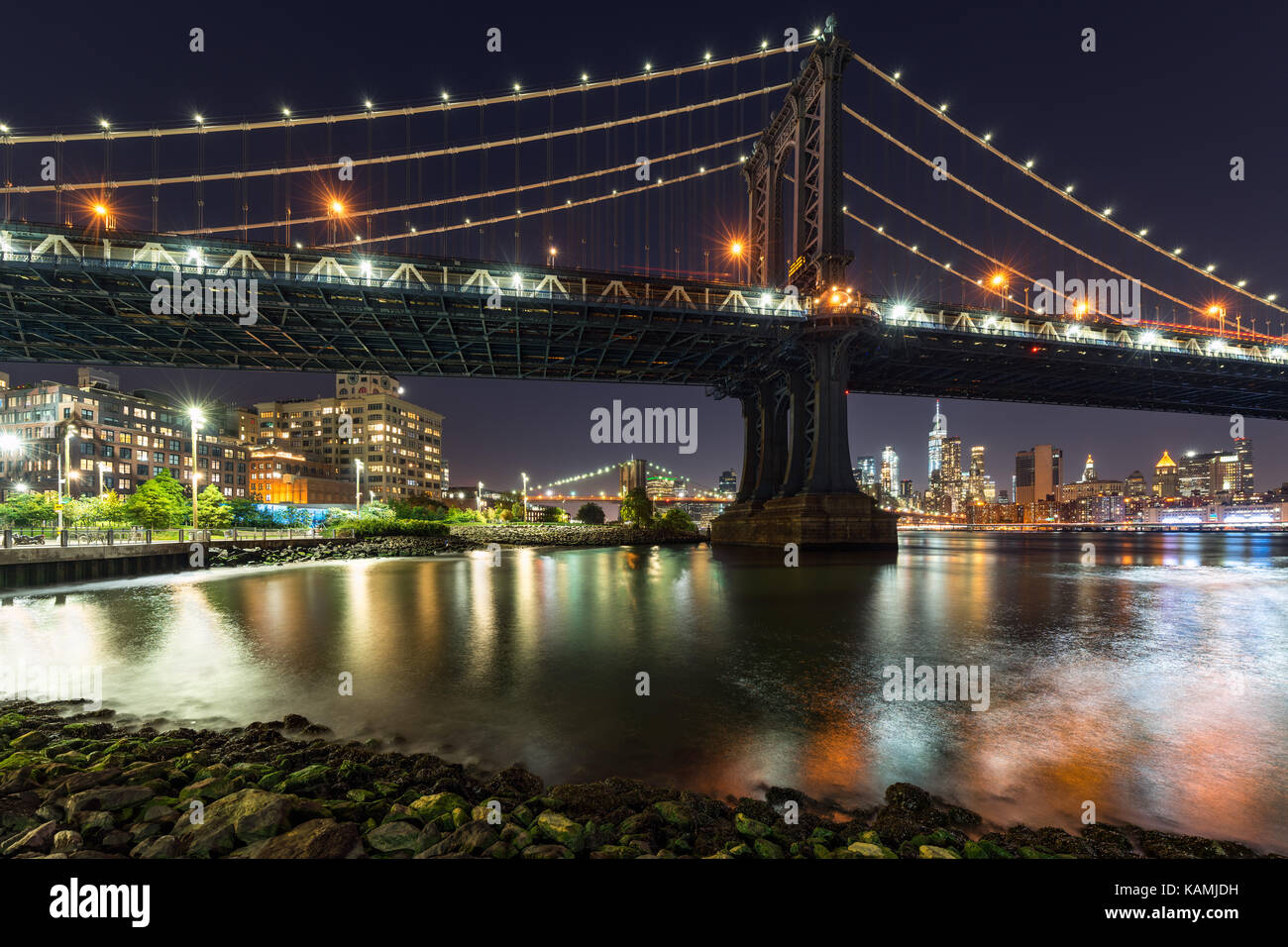 Main Street Park und die Manhattan Bridge bei Nacht. Dumbo, Brooklyn, New York City Stockbild