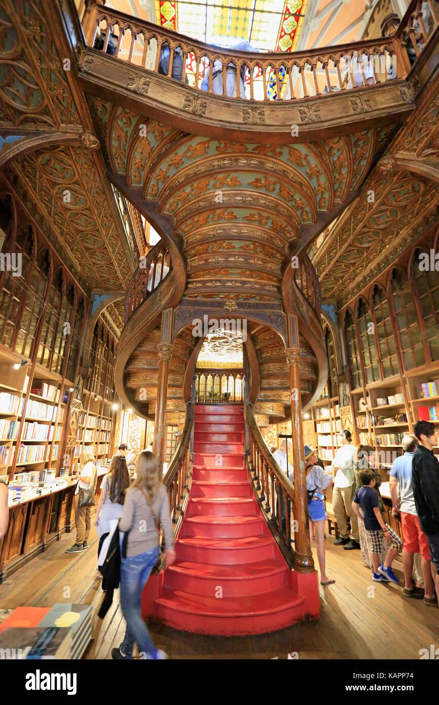 Porto, Portugal - Juli 07, 2017: Hohe Betrachtungswinkel und der Treppe im Inneren der Berühmten Buchhandlung Stockbild