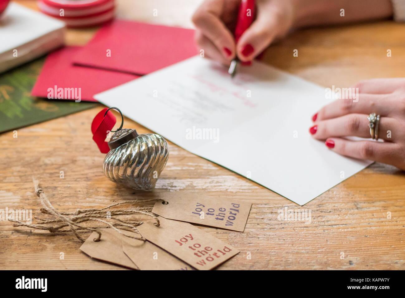 Weihnachtskarten Was Schreiben.Junge Frau Schreiben Von Weihnachtskarten Mit Rote Nägel Einen