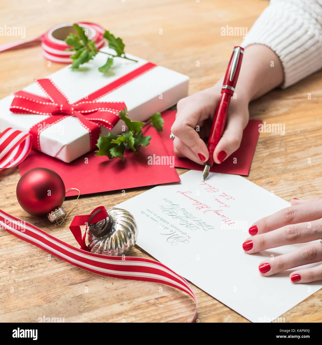 Rote Weihnachtskarten.Junge Frau Schreiben Von Weihnachtskarten Mit Rote Nägel Einen