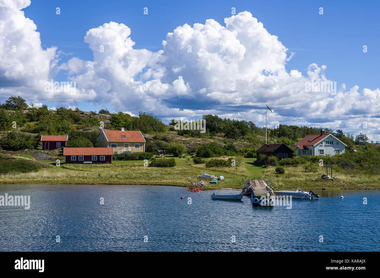 Ansicht der Hütten in der Nähe von Ekenäs, South Koster Insel, Bohuslan County, Schweden. Stockbild