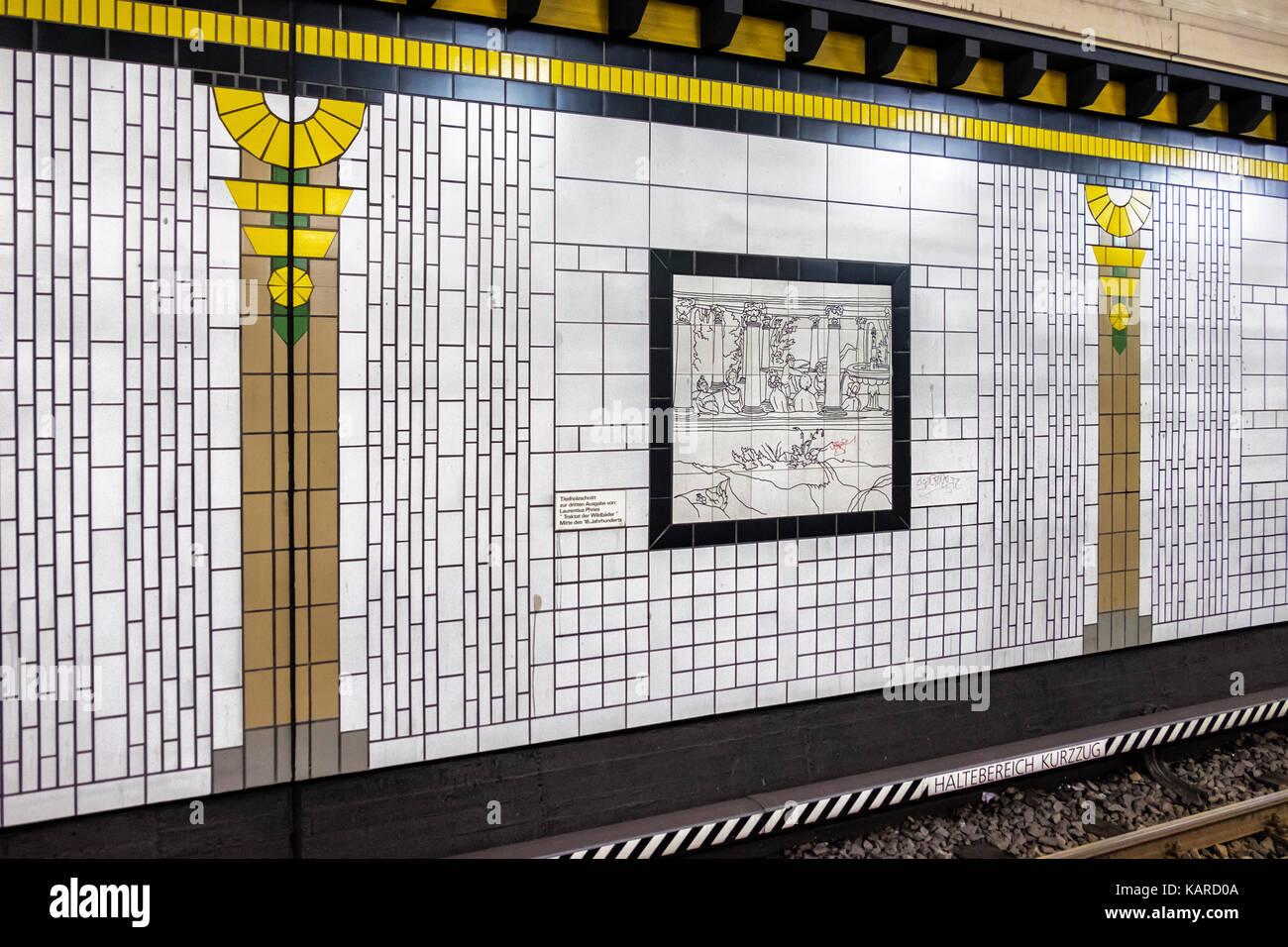 Berlin Paracelsus - Schlechte u-bahn station Interieur & Plattform ...