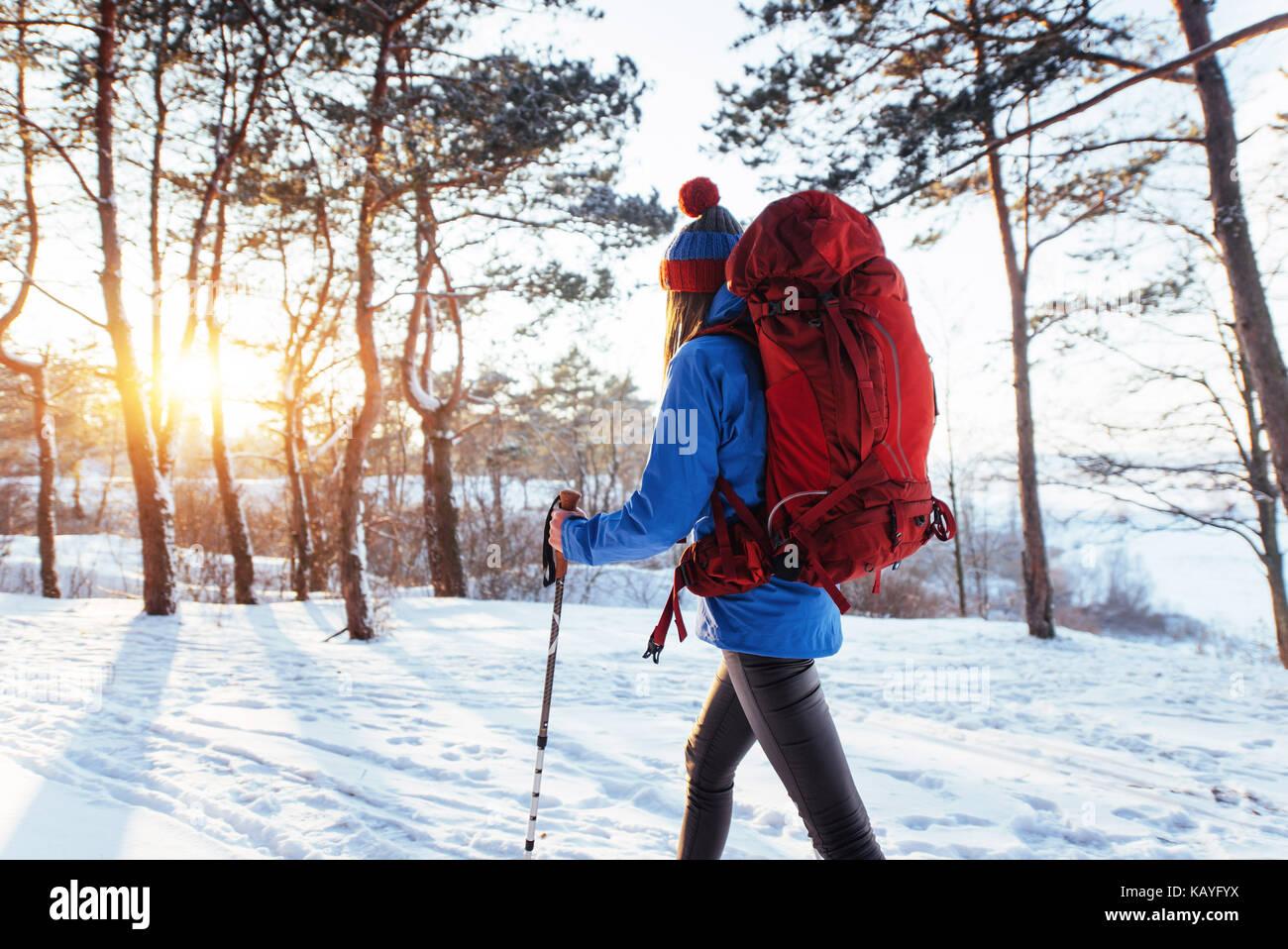 Frau Reisenden mit Rucksack wandern Reisen Lifestyle Abenteuer Konzept aktive Ferien im Freien. Wunderschöne Stockbild