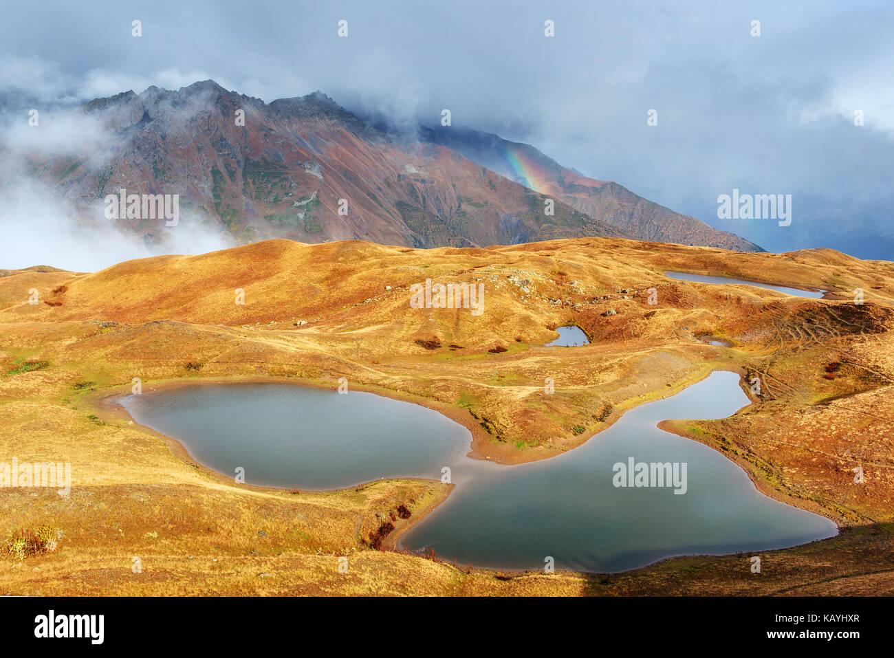 Majestätischen Bergwelt. Koruldi Seen und ein Tourist die Aussicht bewundern. Aktives Leben Konzept Stockbild