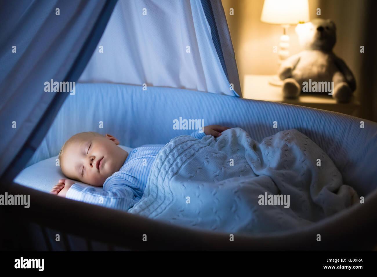 Entzückende baby trinkmilch in blau stubenwagen mit baldachin in