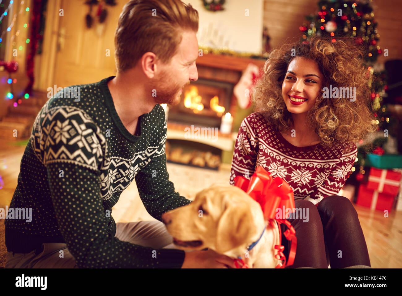 Freundin mit schöner Hund als Weihnachtsgeschenk vom Freund zu Hause ...