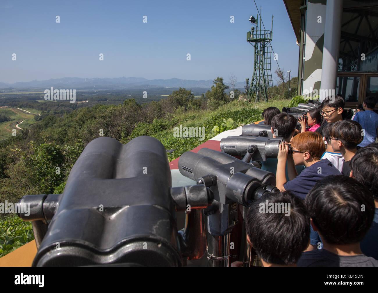 Kinder mit fernglas vor der freiheit und der eisenbahnbrücke über