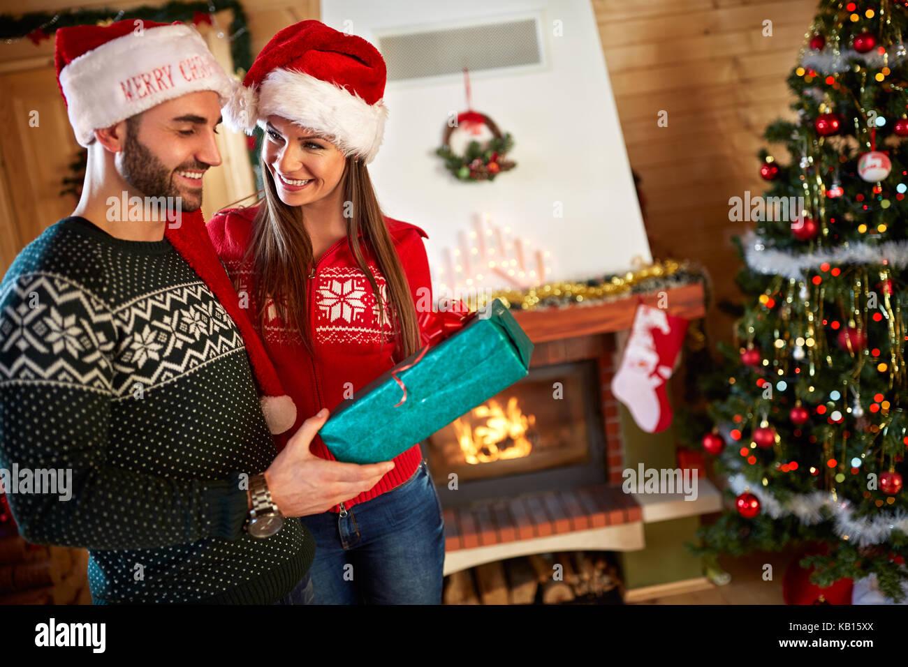 Junges Paar Geschenke für Weihnachten Stockfoto, Bild: 161681154 - Alamy