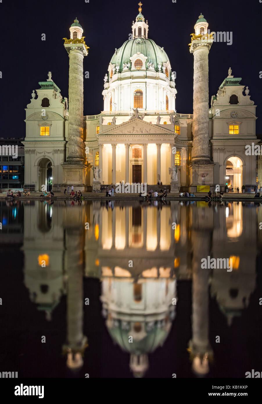 Wien, Österreich - 30. August: Touristen an der beleuchteten barocken Karlskirche in Wien, Österreich, Stockbild