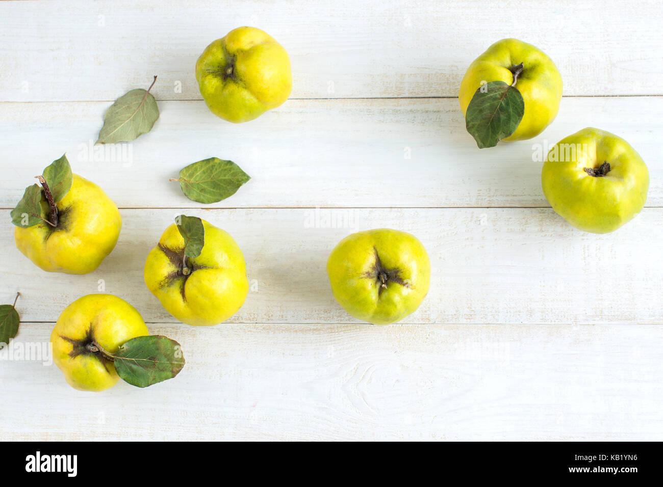 Gesunde Lebensweise, Ernährung, Behandlung Konzept. Blick von oben auf die Zitrone gelbe Früchte von Quitte Stockbild