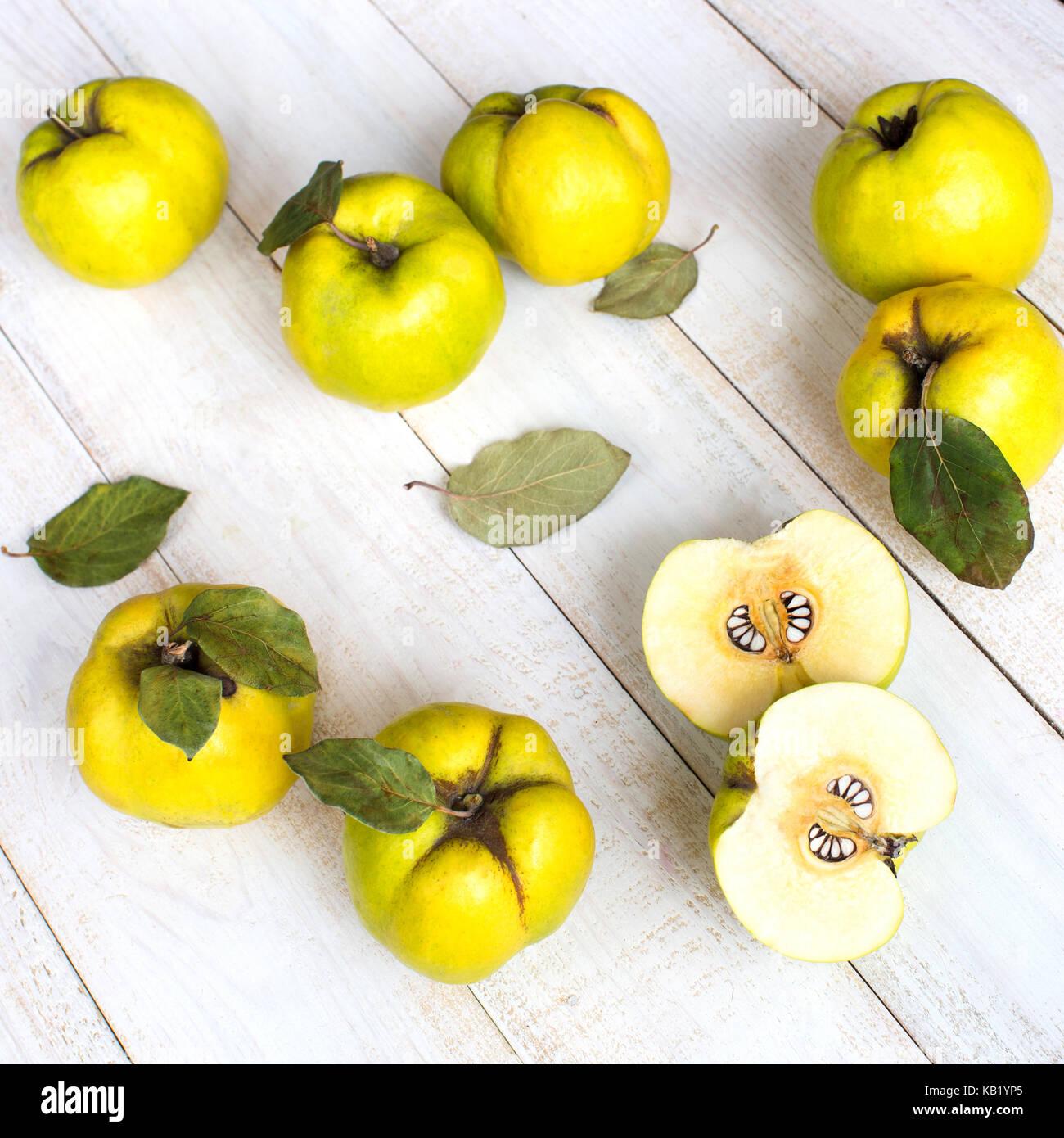 Gesunder Lebensstil, Behandlung, natürliche Hauttöne Produkte Konzept. nach oben Blick auf gelbe Früchte Stockbild