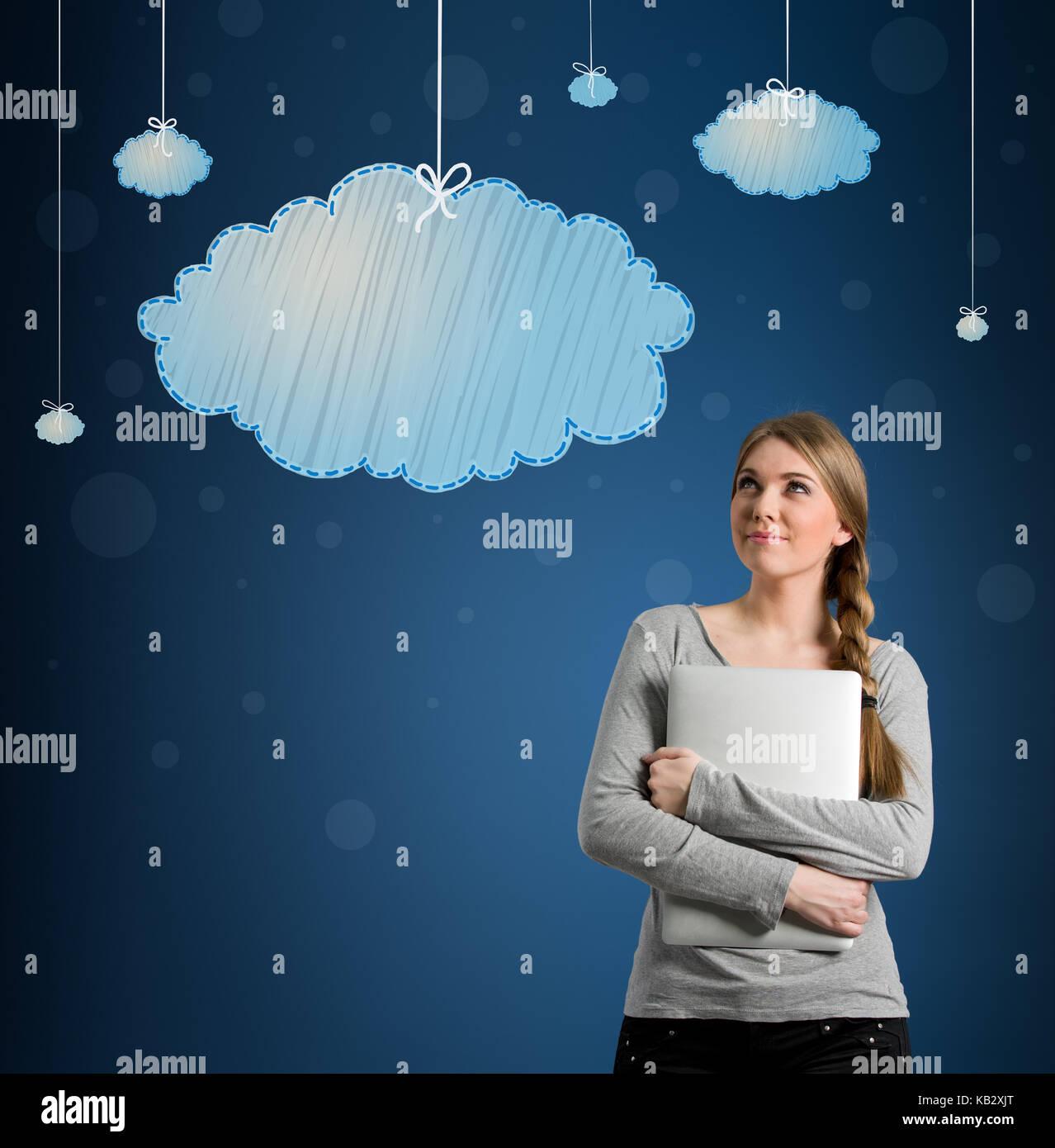 Schöne junge Frau an hängenden Wolken suchen, daydream Stockbild