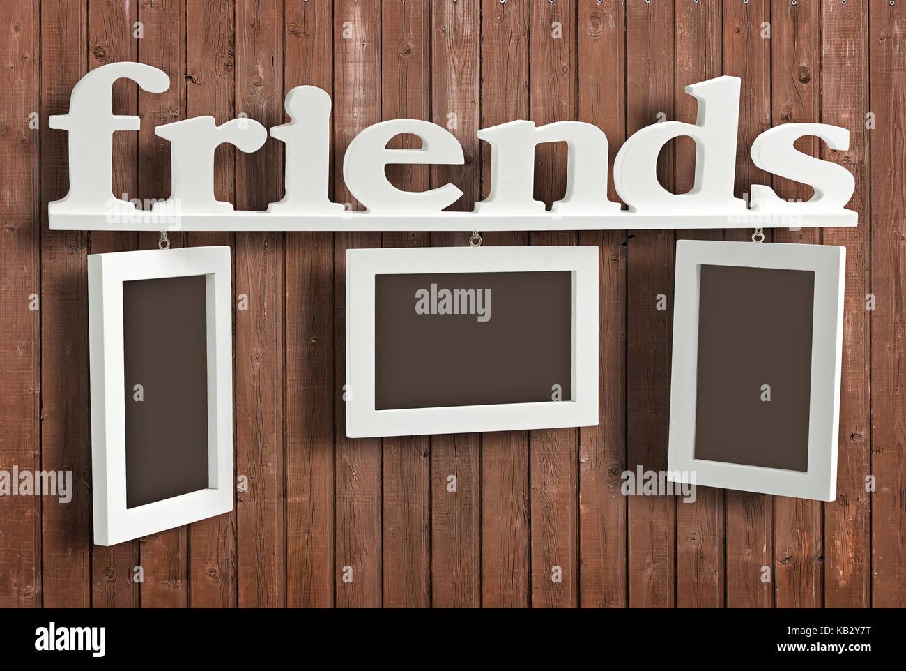 Weiß Holz Bilderrahmen mit Text Freunde auf Holz- wand. Hängende ...