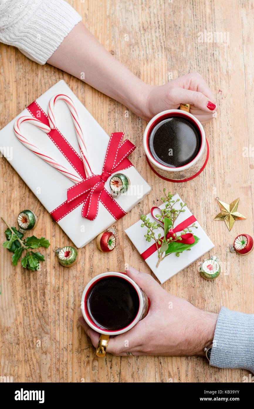 Romantische Weihnachten Morgen Paar mit Kaffee, Zuckerstangen, und ...
