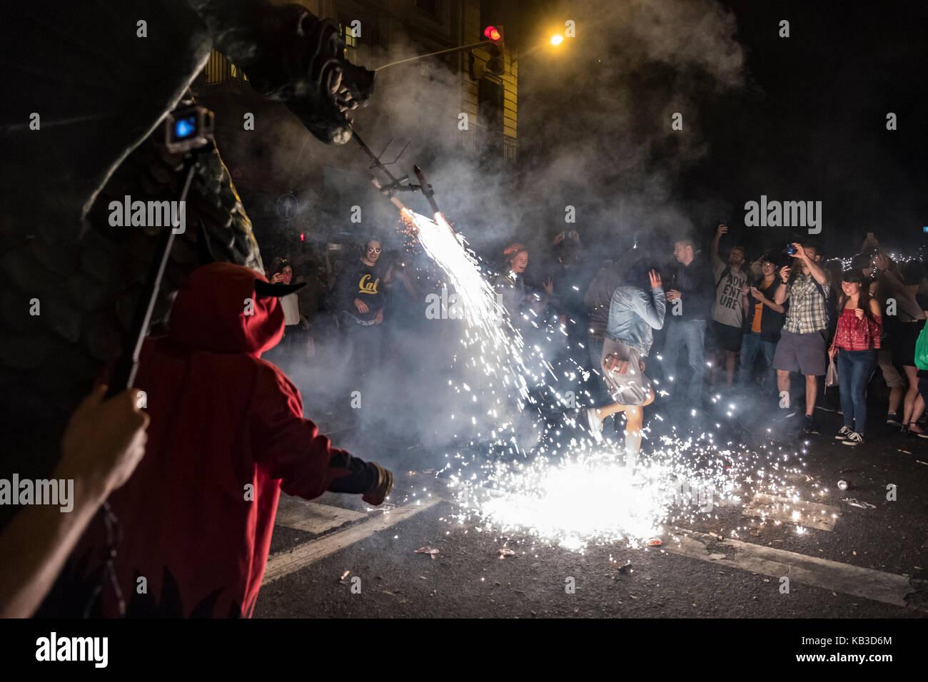 Correfocs gehören zu den auffälligsten Merkmale in der katalanischen Festivals präsentieren. In der Correfoc, eine Stockfoto