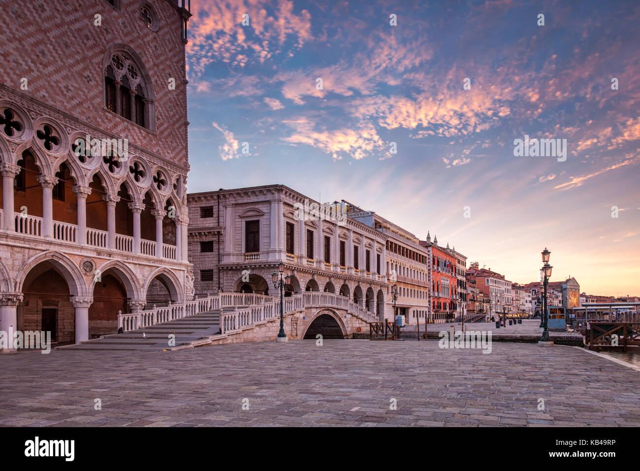 Die Promenade vor dem Dogenpalast in Venedig, Italien bei Sonnenaufgang Stockfoto